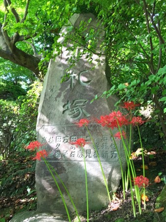 spider lily and stone statue in Hase Temple